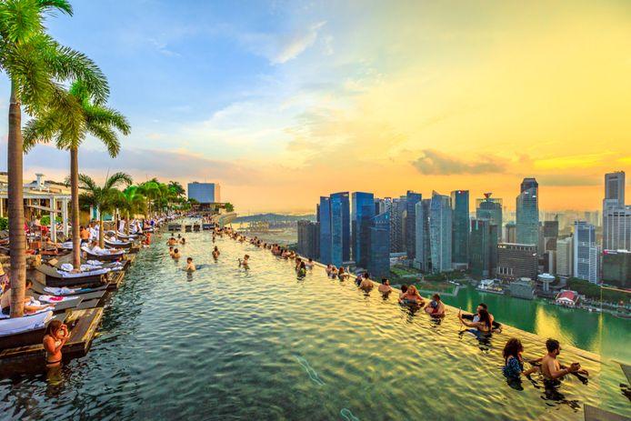 Singapore. Zwembad op het dak van het Marina Bay Sands Hotel en Casino.