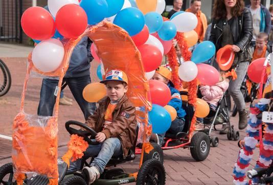 De optocht met versierde fietsen tijdens Koningsdag in Millingen aan de Rijn. Archieffoto