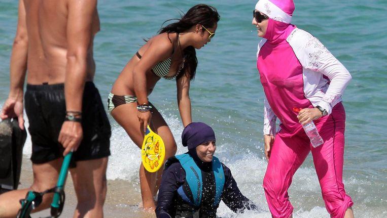 Het strand van Saint Tropez. Steeds meer badplaatsen verbieden de boerkini Beeld Getty Images