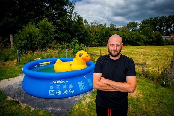 Jens Vandenberghe bestelde bij Makro in april een zwembad, maar eind juni staat nog steeds het oude plonsbad in de tuin.