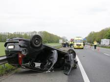 Auto slaat over de kop na botsing op A59 bij Oosterhout, drie gewonden naar ziekenhuis