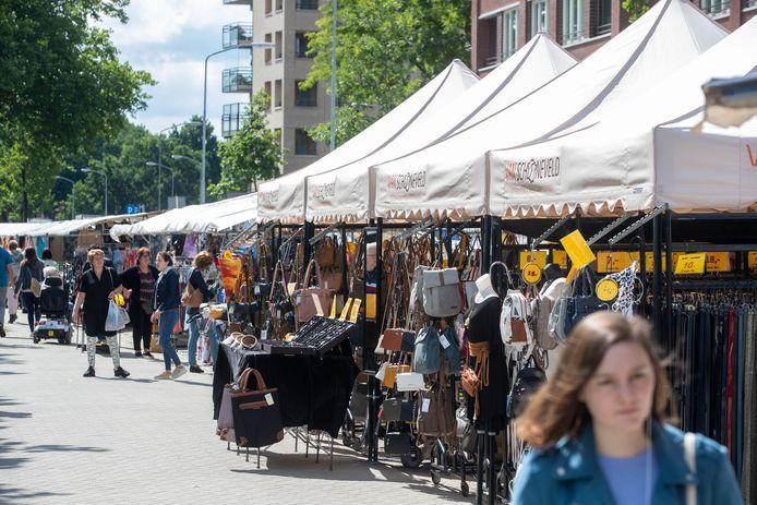 De marktkramen met non-foodartikelen waren vanwege de maatregelen tegen corona verplaatst naar het parkeerterrein van Hoogvliet aan de Costerweg in Wageningen. De kramen keren nu terug naar de binnenstad. De markt wordt uitgebreid met de Vijzelstraat en het Salverdaplein.