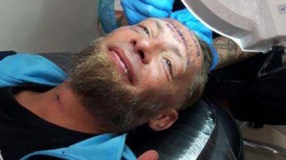 Vrijgezellen geven dakloze 100 euro om naam van bruidegom op zijn voorhoofd te laten tatoeëren
