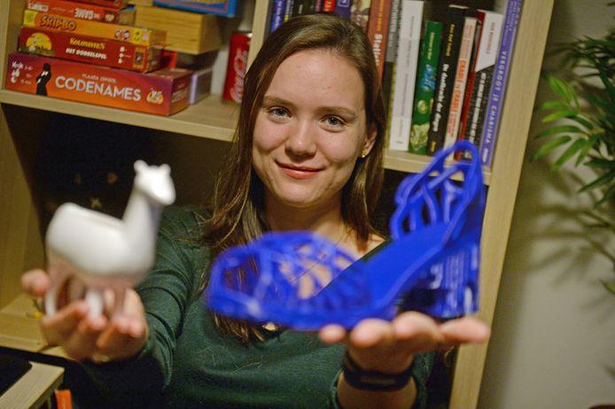 """Daphne Laméris uit Hengelo is een van de weinige vrouwen met een technisch beroep: ze werkt bij een bedrijf dat gespecialiseerd is in 3D printen. """"Je ziet bij technische studies aan de universiteit ook dat hoe technischer het wordt, hoe minder vrouwelijke studenten er zijn."""""""