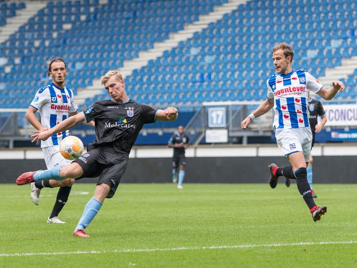 Zian Flemming, die weer eens negentig minuten maakte in het shirt van PEC Zwolle, neemt het doel van Heerenveen onder vuur.