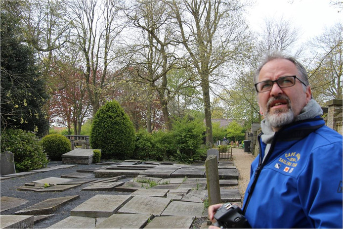 Leon Bok op de oudste sectie van de begraafplaats in Zierikzee.