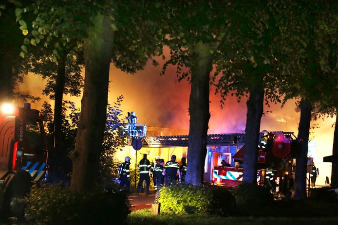 De uitslaande brand in het café aan de Maasdijk in Ravenstein.