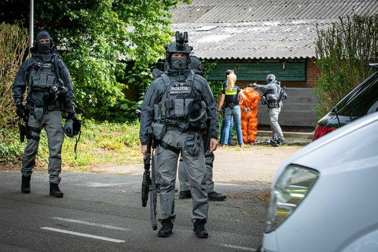 Arrestatieteam in het Gelderse dorp Achter-Drempt waar afgelopen vrijdag een crystal meth-laboratorium werd opgerold. Beeld ANP