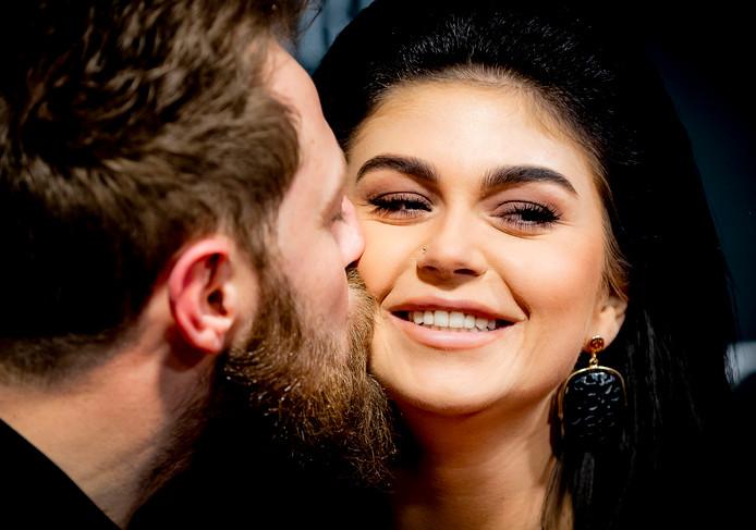 Roxeanne Hazes met haar aanstaande man Erik.