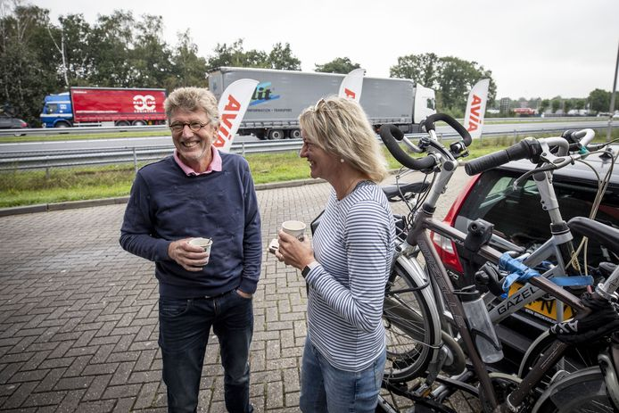 Henk ten Kate en Ria de Haan drinken even een bakkie in Deurningen.