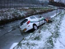 Auto belandt in water en vliegt in brand in Den Hoorn