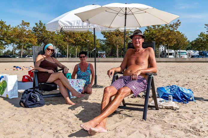 Vakantiegevoel op het strand aan de Boulevard. De familie Van Boven-Kranse uit Bergen op Zoom geniet van de heerlijke nazomer.