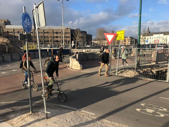 Op deze plek komt het  'oversteekeiland' op het fietspad bij de megastalling.