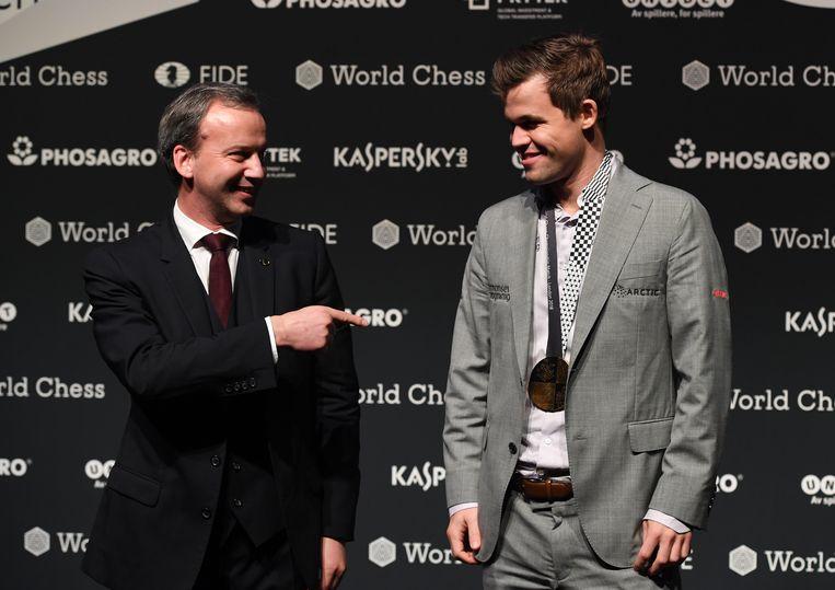 FIDE president Arkady Dvorkovich (L) en schaakkampioen Carlsen. Beeld EPA