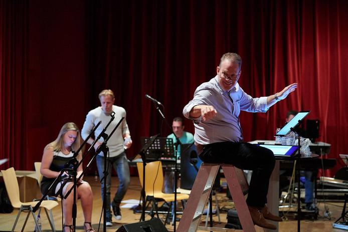 Repetitie van Valley Sound Big Band met dirigent Peter Bogers.