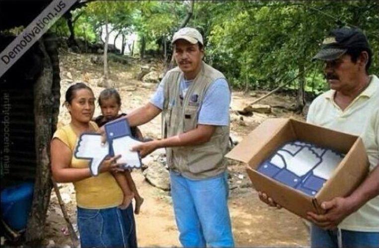 Dolgelukkige Filipijnen nemen eerste zending likes van Trijntje in ontvangst. Beeld Demotivation