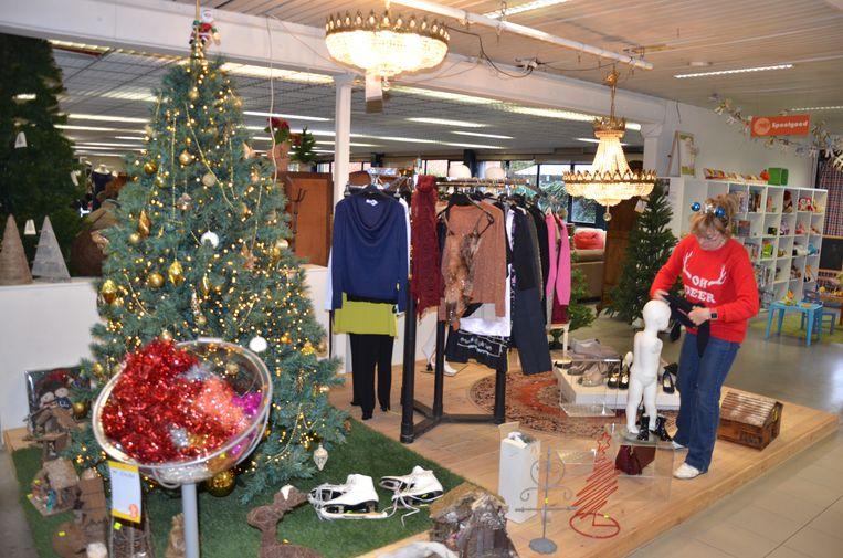 De Kringwinkel baadt ook de komende weken nog in een kerstsfeer.