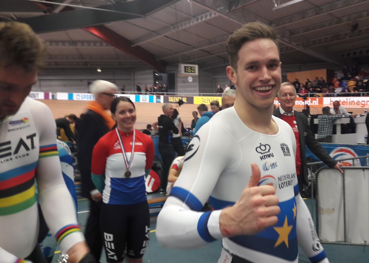 Harrie Lavreysen is blij met zijn vernieuwde titel op de keirin. Bevochten op wereldkampioen Matthijs Büchli.