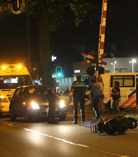 Scooter botst met auto in Apeldoorn