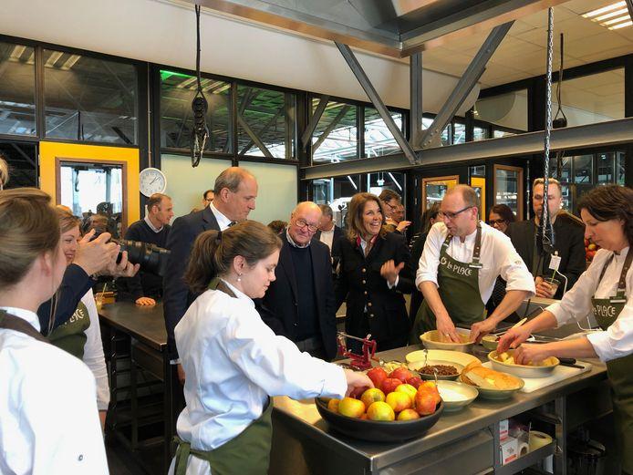 Frits van Eerd, Karel van Eerd en Colette Cloosterman-van Eerd in een van de keukens van Food College op de Noordkade bij de opening. Daar wordt volgens de methode van La Place een appeltaart gebakken.