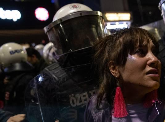 Agenten gebruikten traangas en pepperspray om de menigte uiteen te drijven