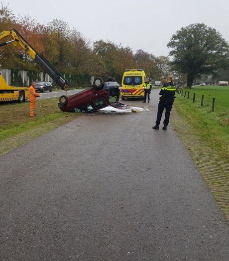 Automobiliste slaat over de kop in Borculo maar blijft wonderwel ongedeerd