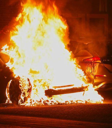 Tesla in brand in Oss, vuur slaat over naar tweede elektrische auto