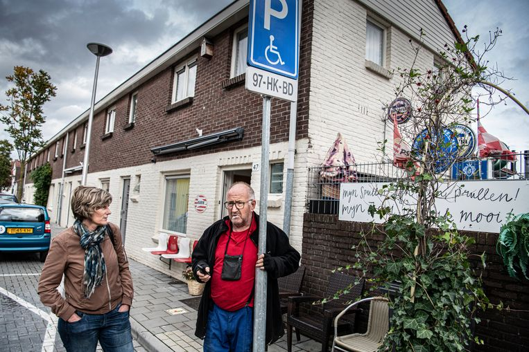 Frans Visters en Nienke Bruinsma in hun wijk Woensel-West in Eindhoven. Beeld Koen Verheijden