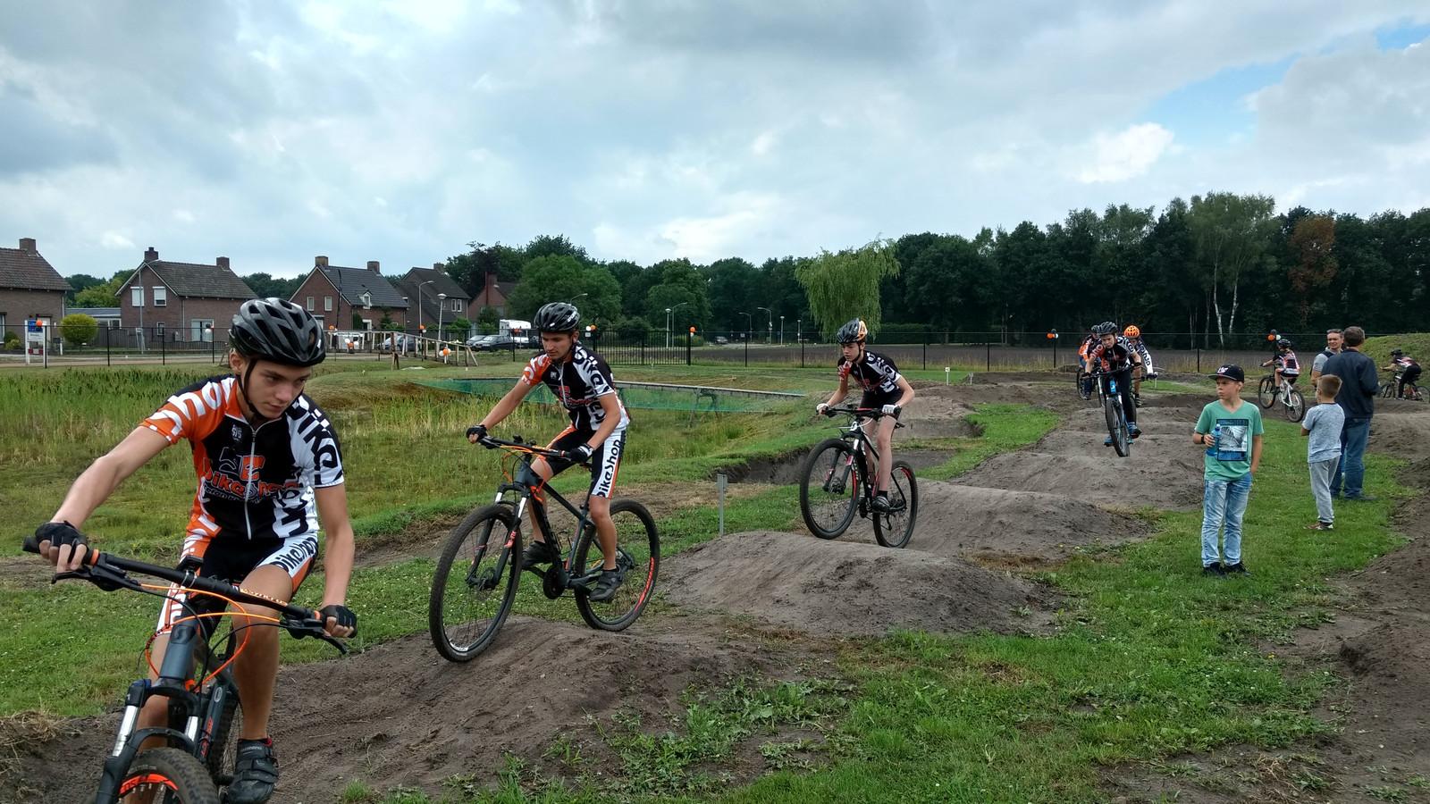 Mountainbikers verkennen het parcours in Liessel.
