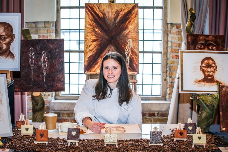 Fee Defoort maakt kunst met chocolade.