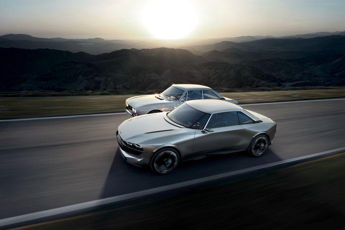 De Peugeot e-Legend, geflankeerd door zijn inspiratiebron, de klassieke 504 Coupé