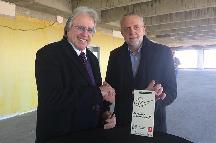 Ook Lee Towers signeerde een tegel.