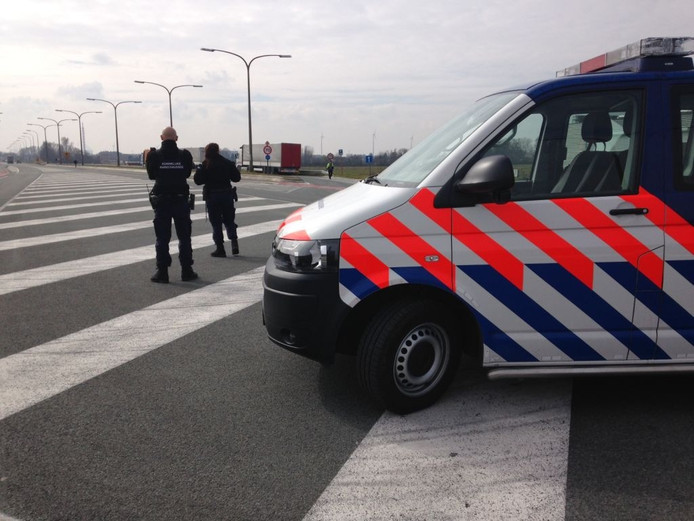 De Koninklijke Marechaussee houdt toezicht bij de grens met België.