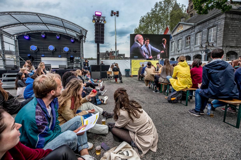 Honderden belangstellenden, waaronder veel studenten volgen het debat van Europese lijsttrekkers op het Vrijthof in de buitenlucht op tv schermen. Beeld Raymond Rutting / de Volkskrant