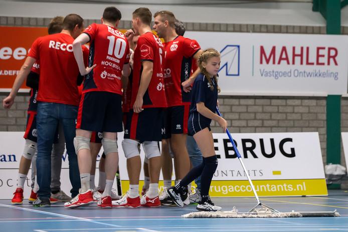 De volleybalwedstrijd tussen ZHV en Dynamo werd gestaakt omdat de vloer te glad was.