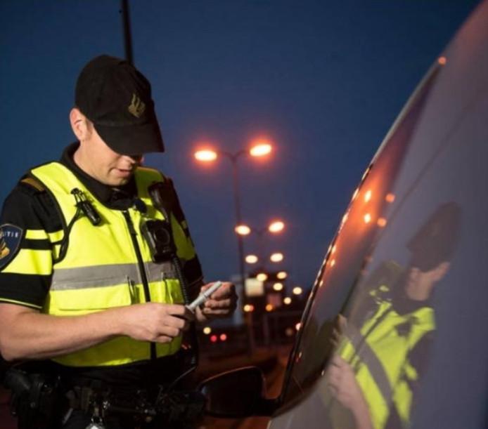 Foto ter illustratie: een agent neemt een speekseltest af.