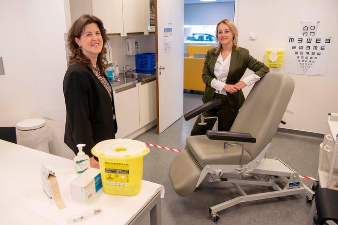 Linda Vlamings (links) is crisiscommunicatieadviseur voor GGD West-Brabant en Tamara Klaassen is verantwoordelijk voor proces Rijksvaccinatieprogramma. Dit is de priksituatie zoals deze volgende week wordt gehanteerd tijdens de meningokokkenvaccinatie in Breda.