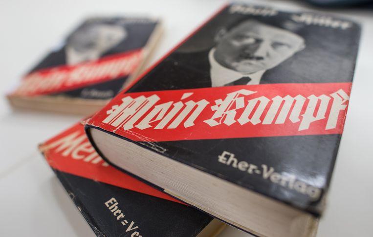 Verschillende edities van Adolf Hitlers 'Mein Kampf' als onderdeel van een expositie bij het Instituut voor Moderne Geschiedenis in München.  Beeld AP