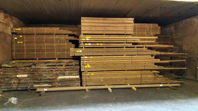 De politie nam veel 'fout' hout in beslag bij de invallen. Daarmee wordt hout zonder de juiste EU-certificering bedoeld.