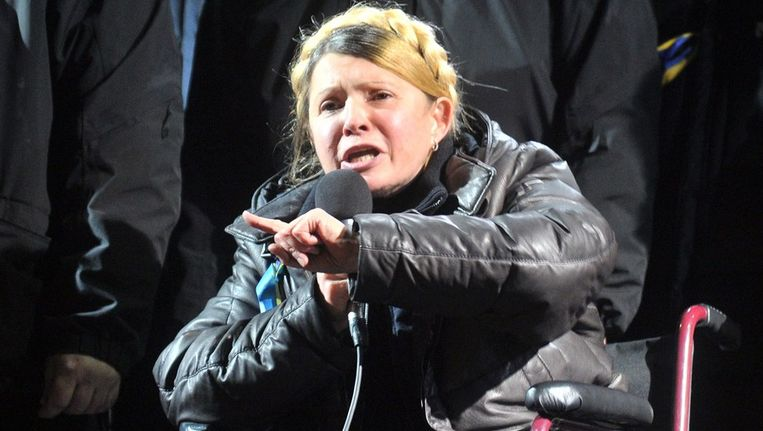 Joelia Timosjenko spreekt betogers op het Onafhankelijkheidsplein toe na haar vrijlating. Beeld afp