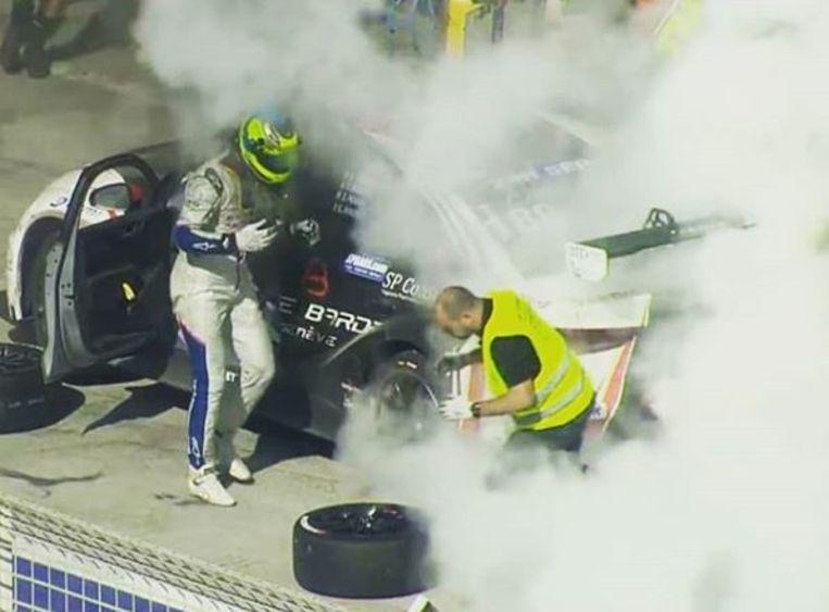 Tom Boonen reed de brandende wagen nog de pits in.