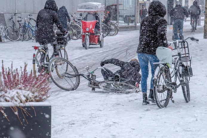 Onderuit met de fiets door de gladheid. foto Beeld Werkt