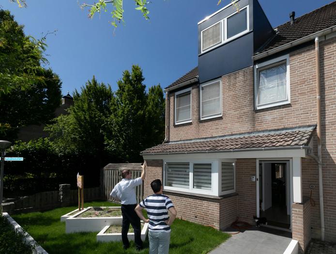 De woning van Floris en Shanna Duine wordt bekeken door een adviseur die tips kan geven over het energiezuiniger maken van het huis.