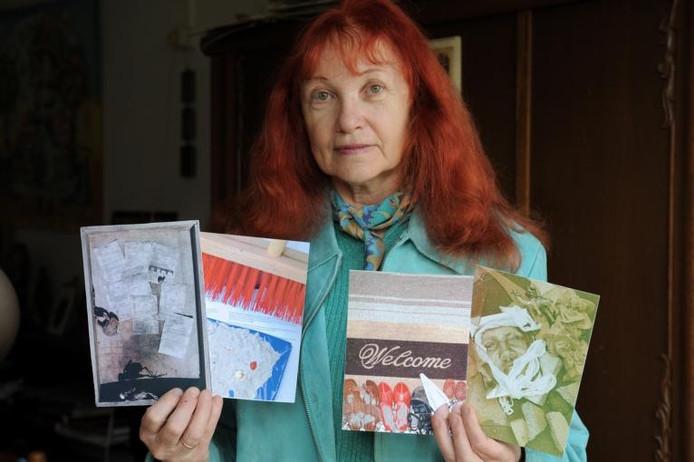 Ludmila Kalmaeva met afbeeldingen van enkele composities op basis van Magdi's verhaal.foto Lex de Meester