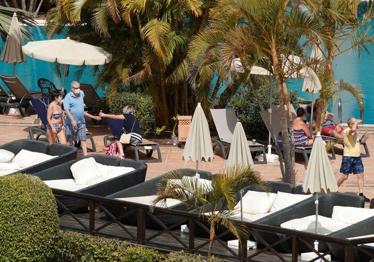 Wie in het 'coronahotel' in de openlucht komt, draagt een mondmasker - zelfs om te fitnessen of wat te zonnen.