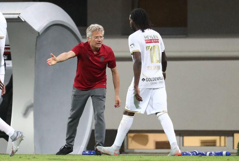 László Bölöni feliciteert doelpuntenmaker Mbokani.