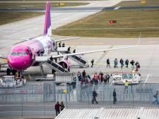 Het is druk op 'Asperge Airport' in Eindhoven: volle vliegtuigen met opeengepakte seizoenswerkers