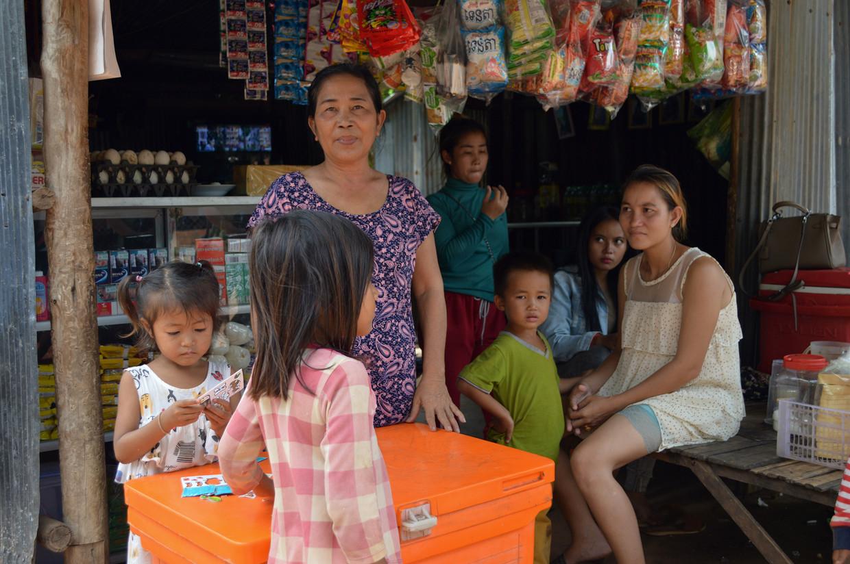 Chan Sophal voor het winkeltje dat ze met een microkrediet opende. Nu zit ze diep in de schulden.