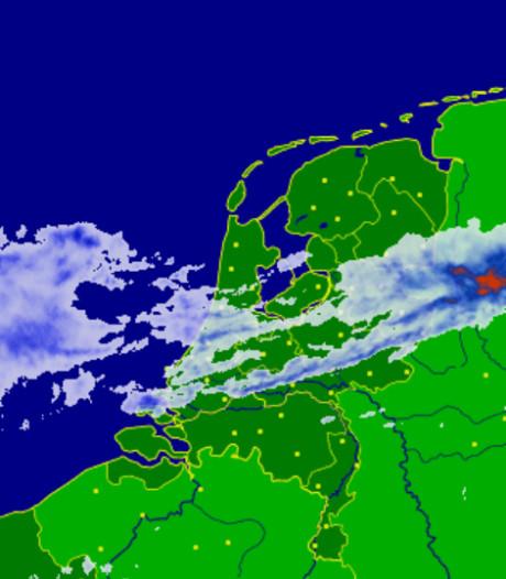 Nederlanders kijken in de ochtend naar rare grafieken met regenbuien alsof ze God zijn