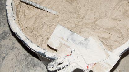 Vrouw stopt haar vier baby's in emmers met cement omdat ze te arm is om hen op te voeden